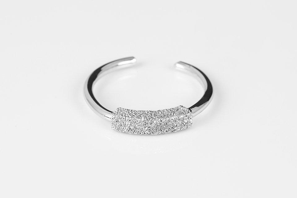 anello in argento 925 con decorazione martellata centrale