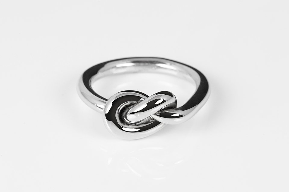 anello con motivo a nodo argento intero